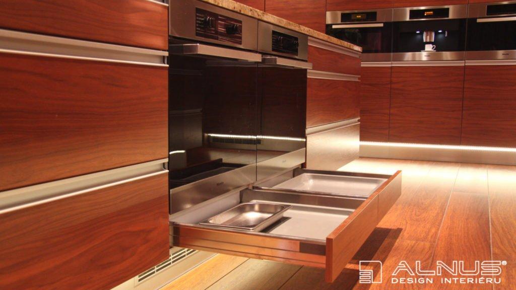 zásuvky pod troubami na pečící plechy v interiéru moderní kuchyně