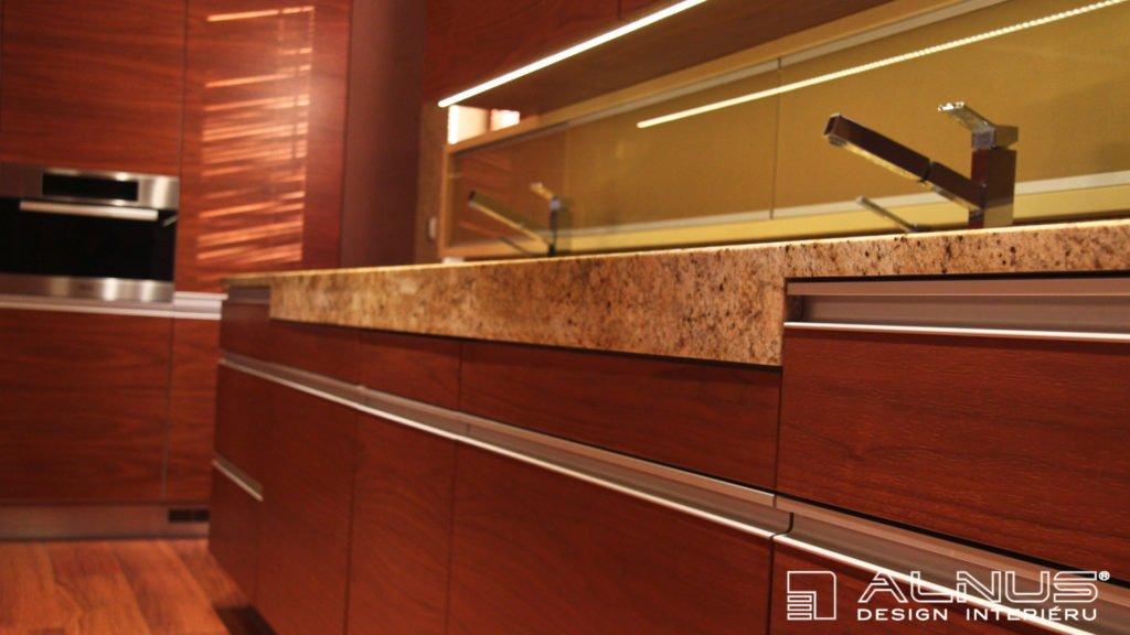 zesílená hrana žulové pracovní desky moderní kuchyně