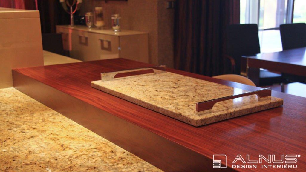 podnos na horké nádobí ze žuly v interiéru moderní kuchyně
