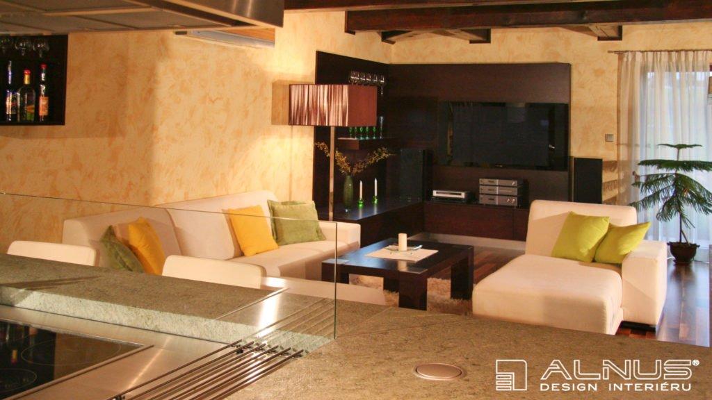 kuchyně s obývákem v moderním interiéru chalupy