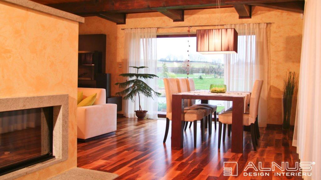 obývací pokoj s krbem moderního interiéru chalupy