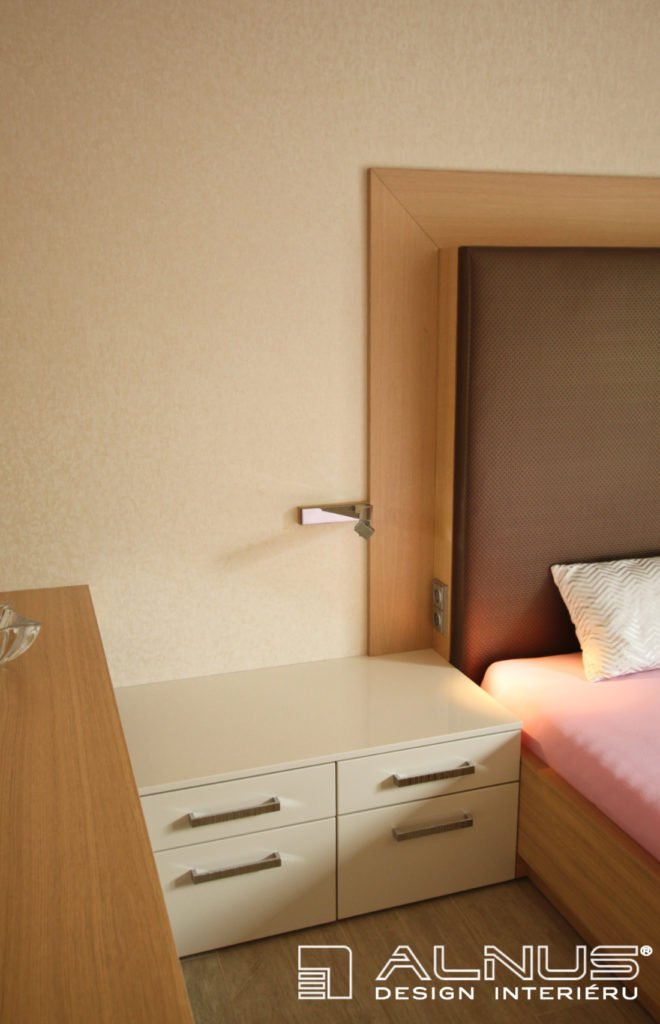 integrované elektrické zásuvky v čele postele