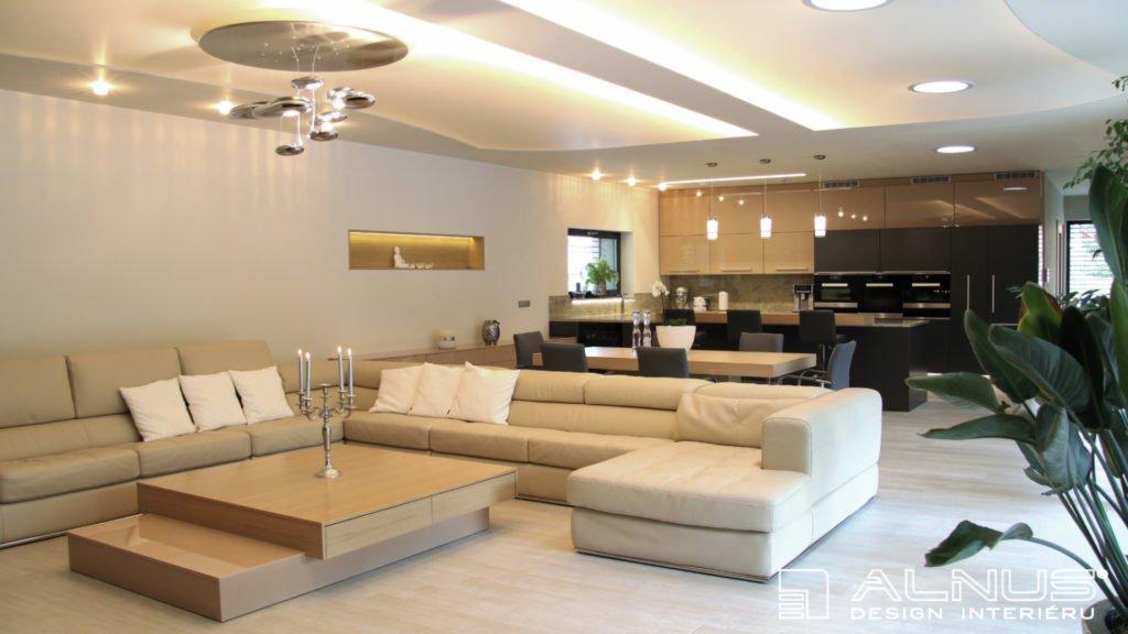 obývací pokoj s kuchyní a jídelnou ve světlé barvě