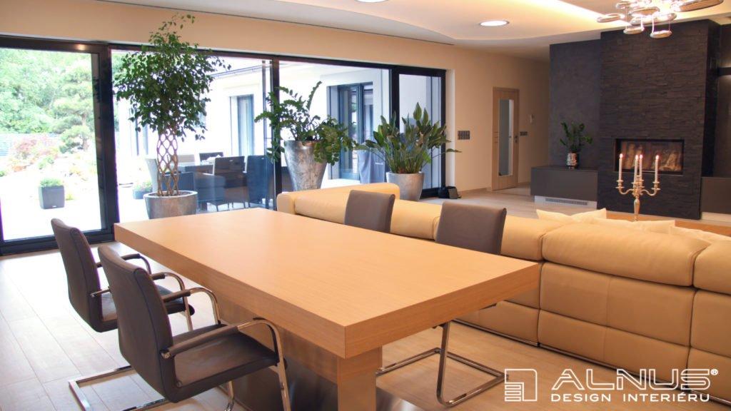 jídelní stůl s centrální podnoží v moderní jídelně