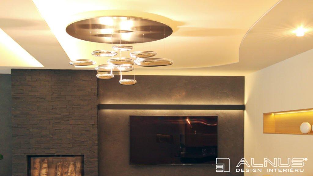 designový lustr v moderním interiéru domu