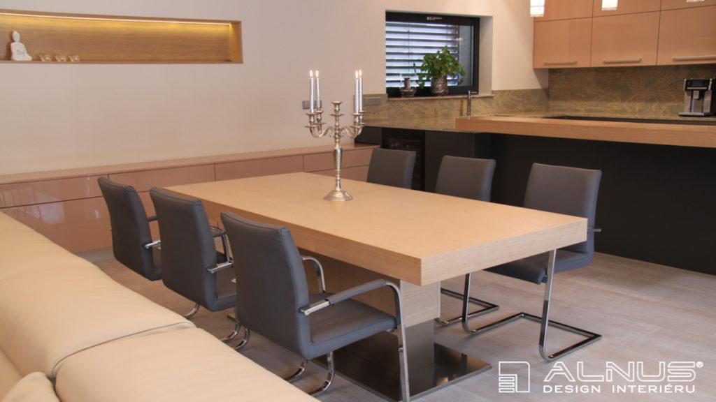 jídelní stůl s centrální podnoží v moderním interiéru domu
