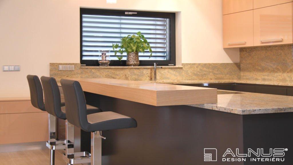 barová deska na žulové pracovní desce v ostrůvku kuchyně