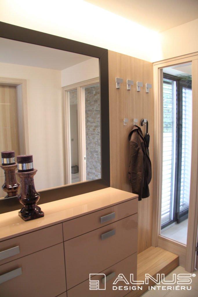 předsíň interiéru domu se zrcadlem