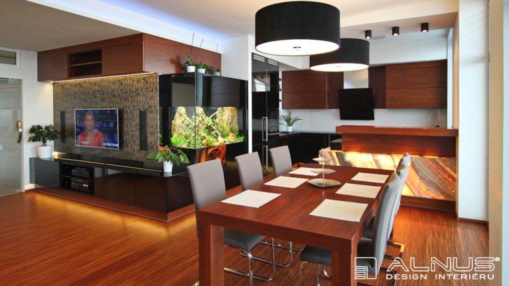 obývací stěna s akváriem a moderní kuchyní dohromady
