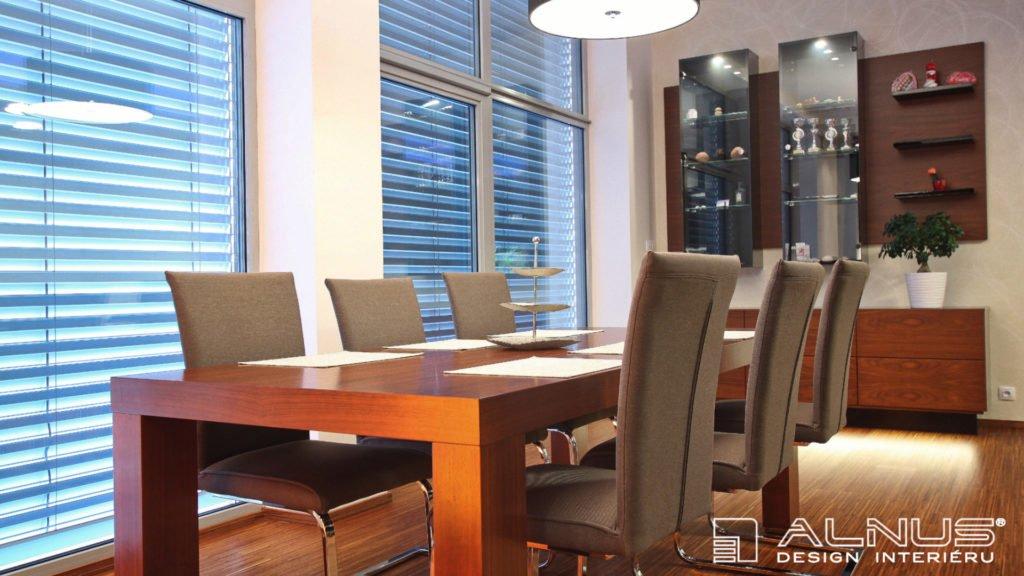 jídelní stůl a prosklená vitrína moderního interiéru bytu