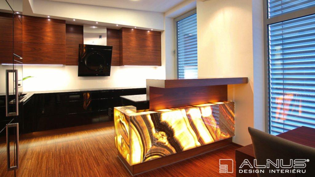 moderní kuchyně s barem a podsvíceným onyxem