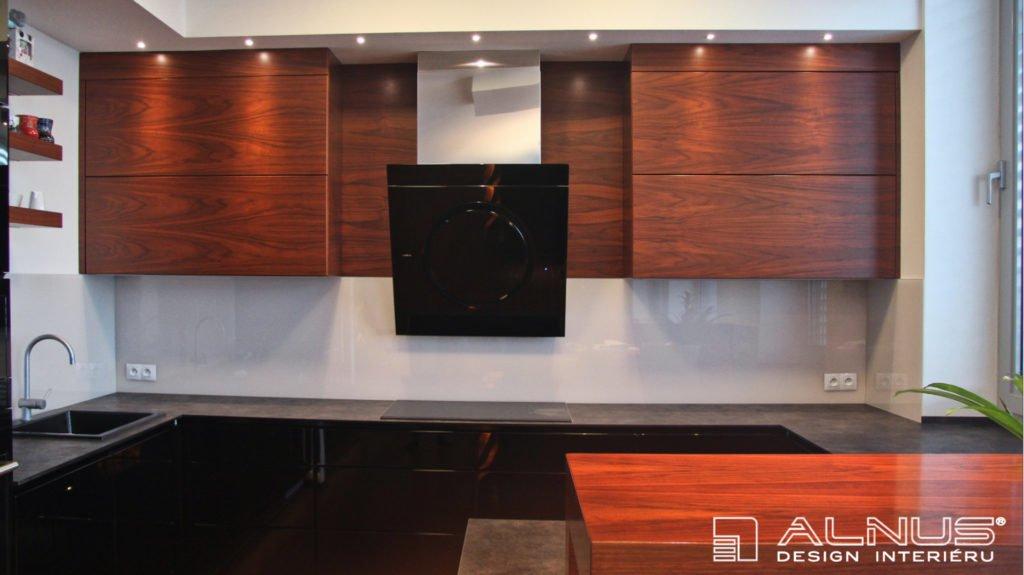 moderní kuchyně v americkém ořechu v interiéru bytu v Praze