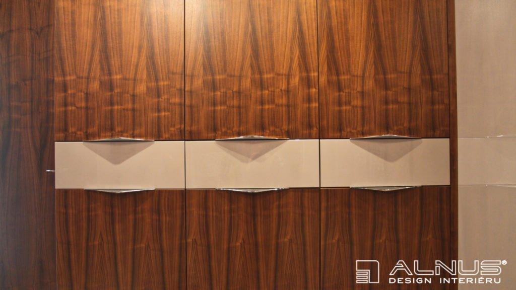 barevné šuplíky vestavěné skříně