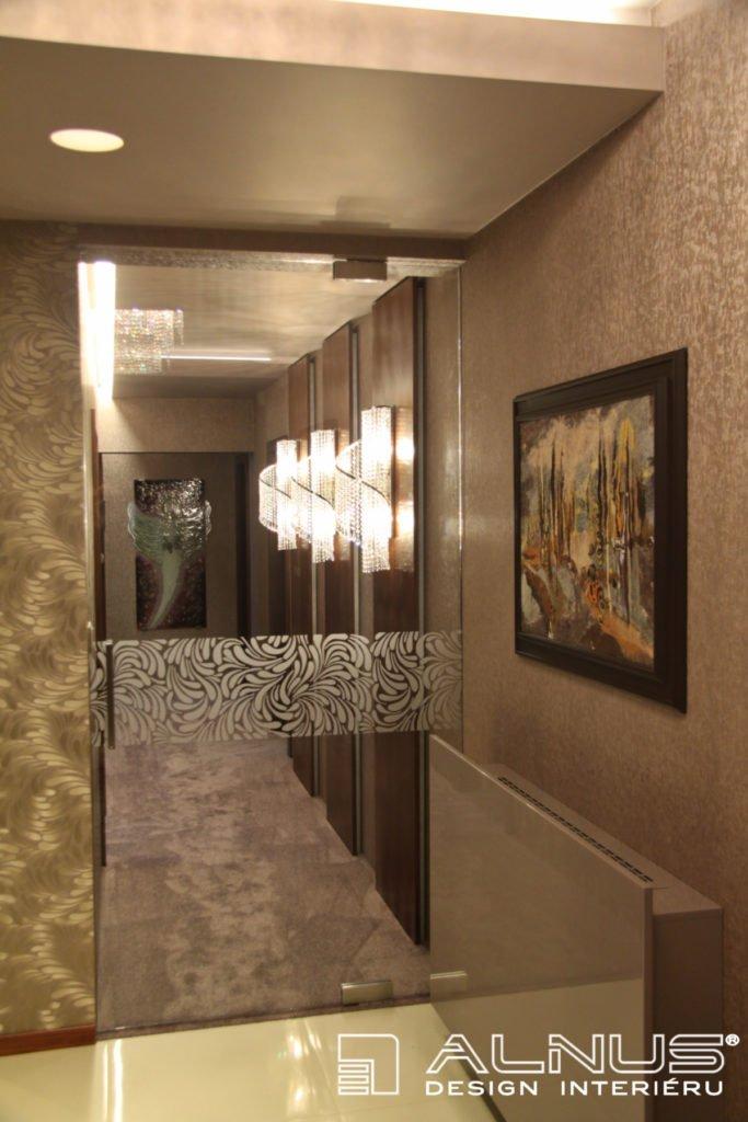 skleněné dveře s dřevěnými obklady v chodbě