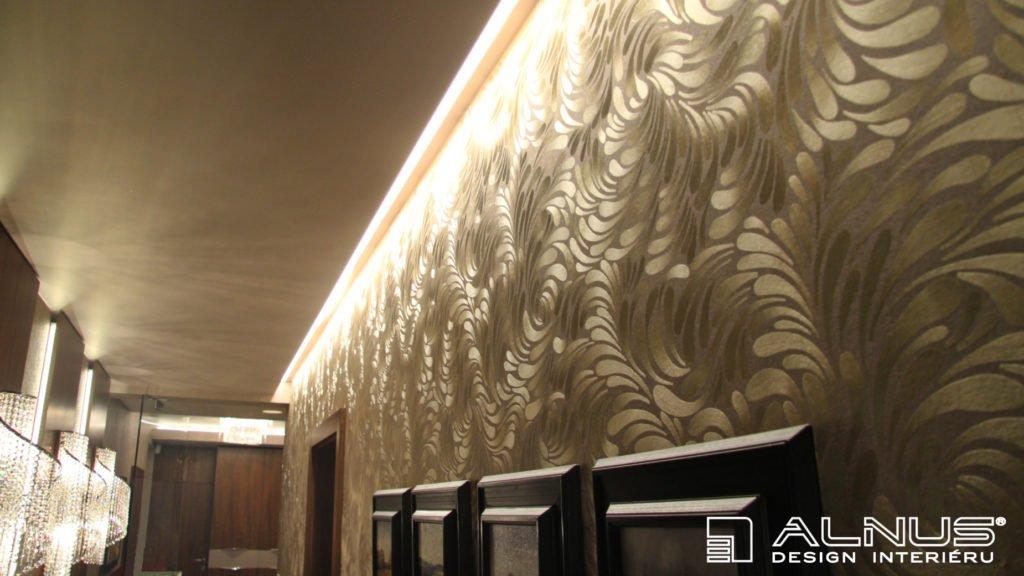 podsvícení stropu a tapety v chodbě