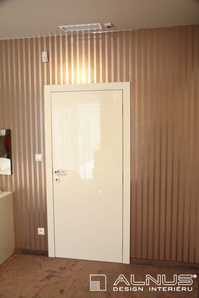 bezfalcové dveře v bílé barvě ve vysokém lesku