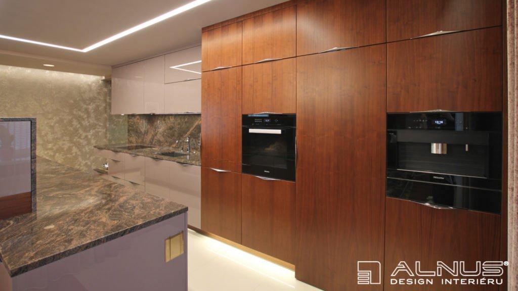 moderní kuchyně se skrytými dveřmi do spíže