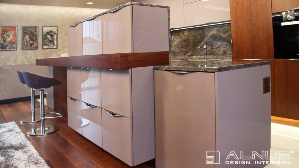 moderní kuchyně s ostrůvkem se zvýšenými skříňkami