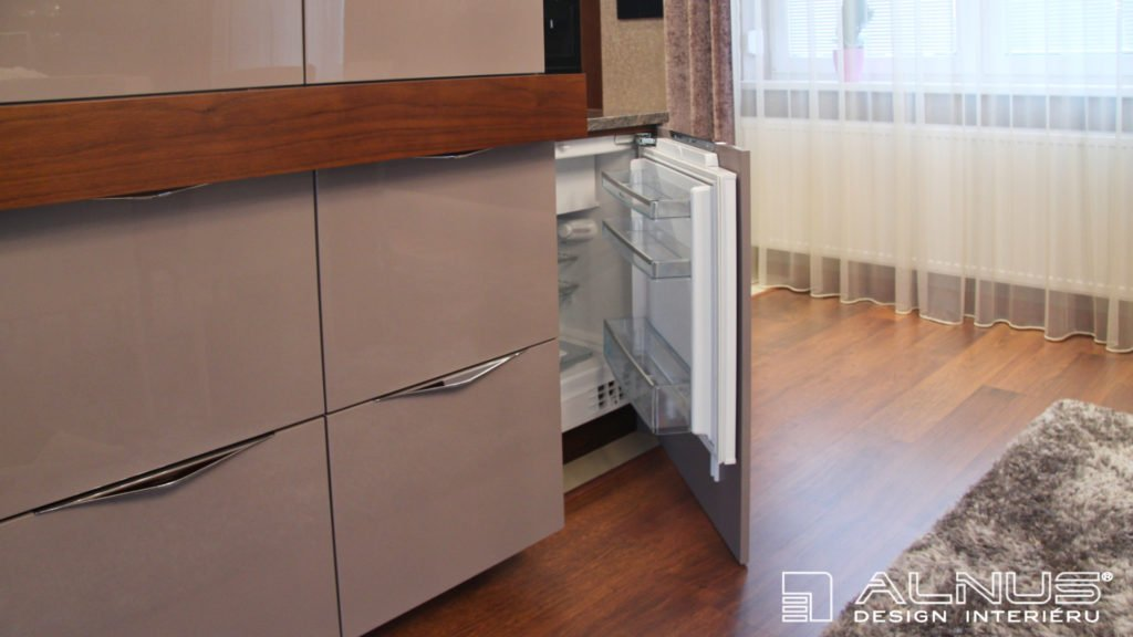 moderní kuchyně s podstavnou chladničkou