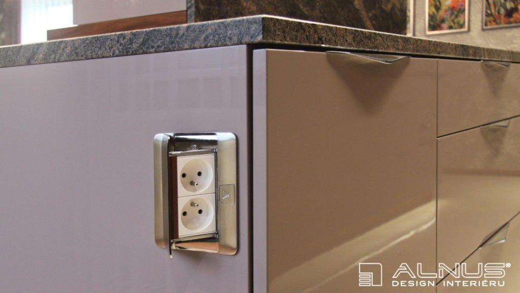 moderní kuchyně s vestavěnou elektrickou zásuvkou do boku skříně