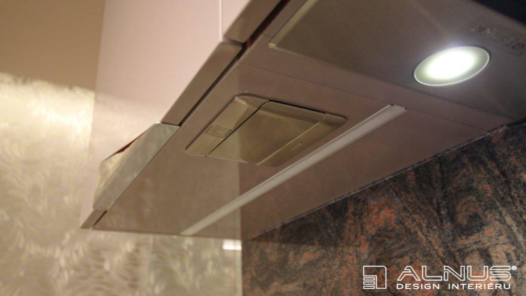 moderní kuchyně s vestavěnou elektrickou zásuvkou do dna horní skříňky