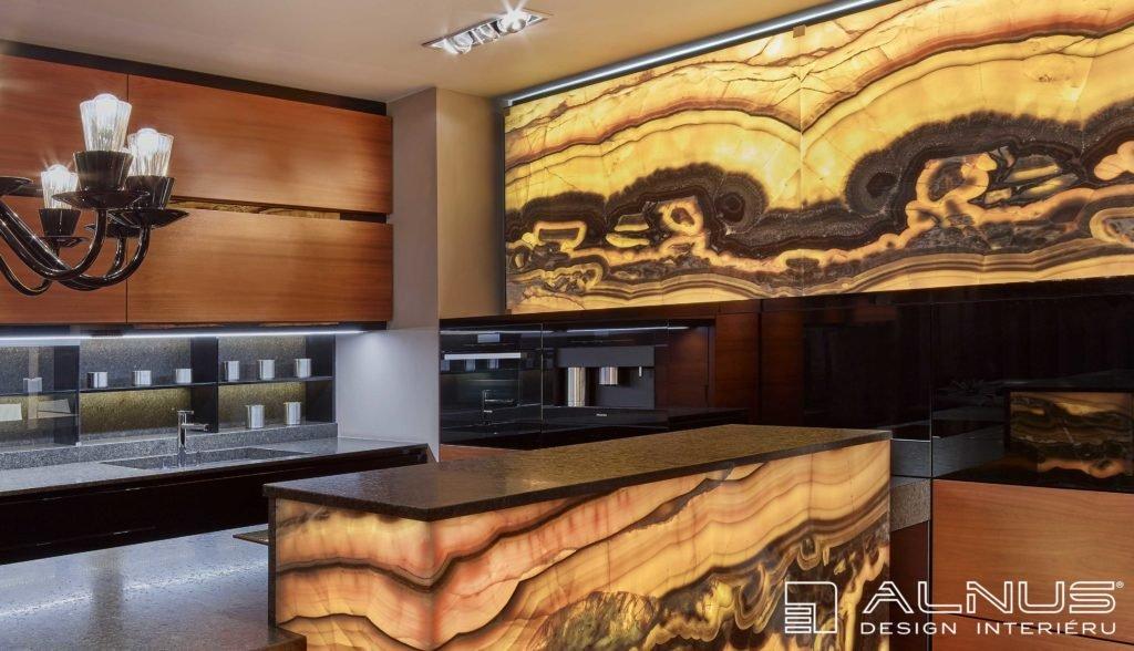 onyxová stěna v luxusní kuchyni