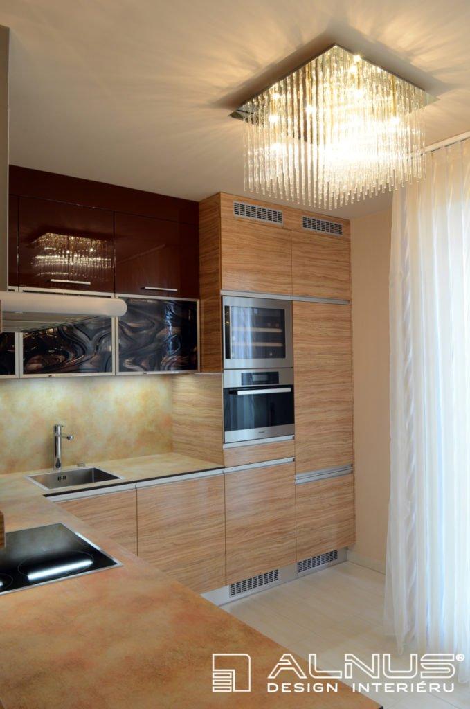 moderní kuchyně v interiéru bytu 2+kk