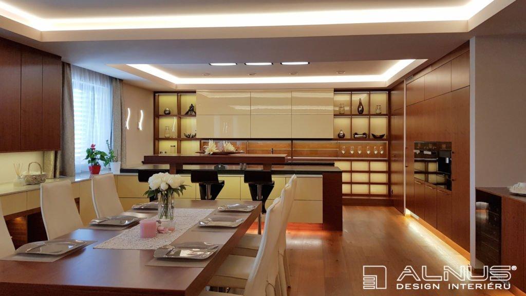 moderní kuchyně s obývacím pokojem s podsvícením stropu