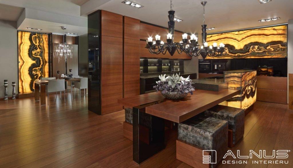 luxusní kuchyně jídelnou a s onyxovou stěnou