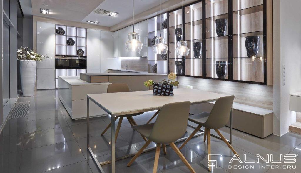 interiér bytu s moderní kuchyní a jídelnou