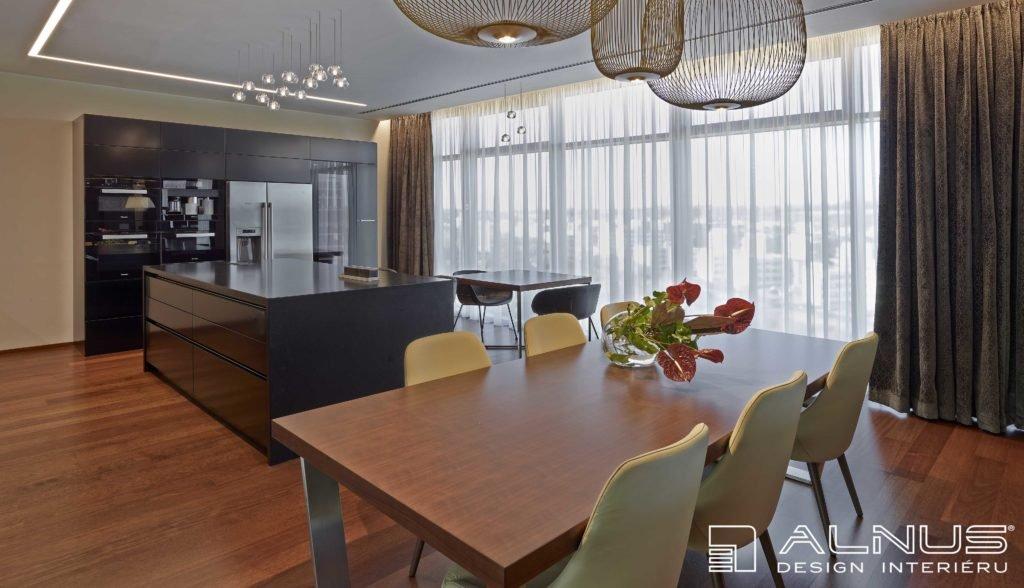 interiér jídelny a kuchyně s americkou lednicí a ostrůvkem