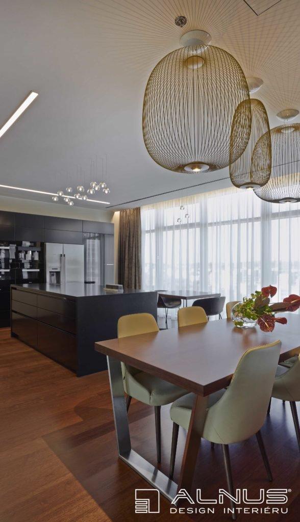 interiér jídelny a kuchyně s americkou lednicí