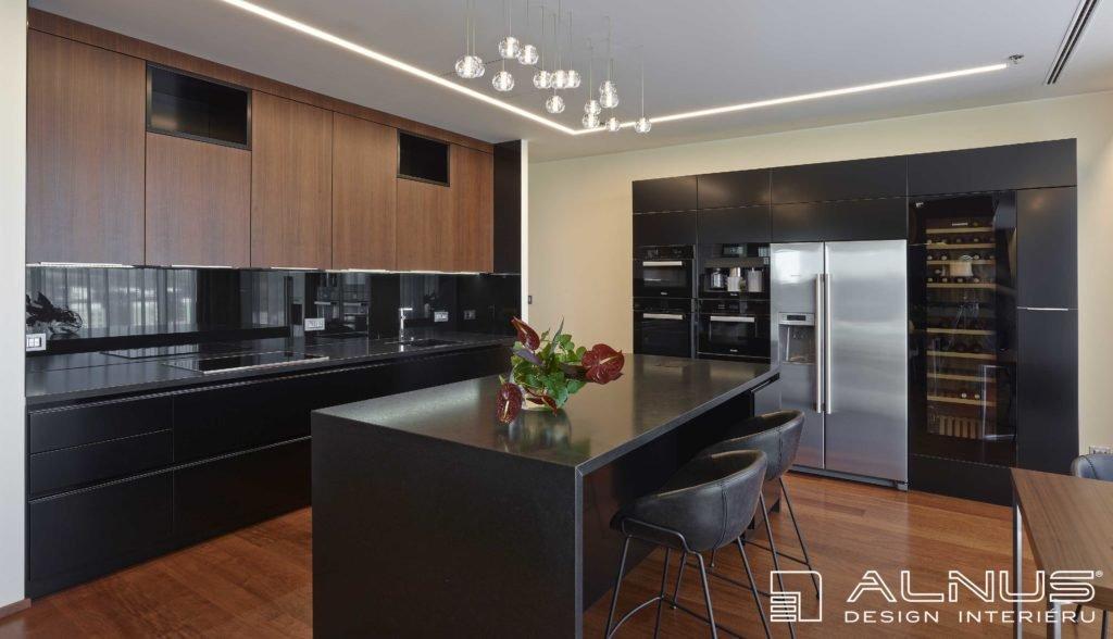 moderní kuchyně s americkou lednicí a ostrůvkem