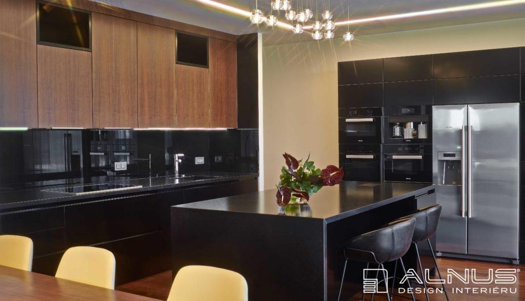 interiér kuchyně s americkou lednicí a ostrůvkem