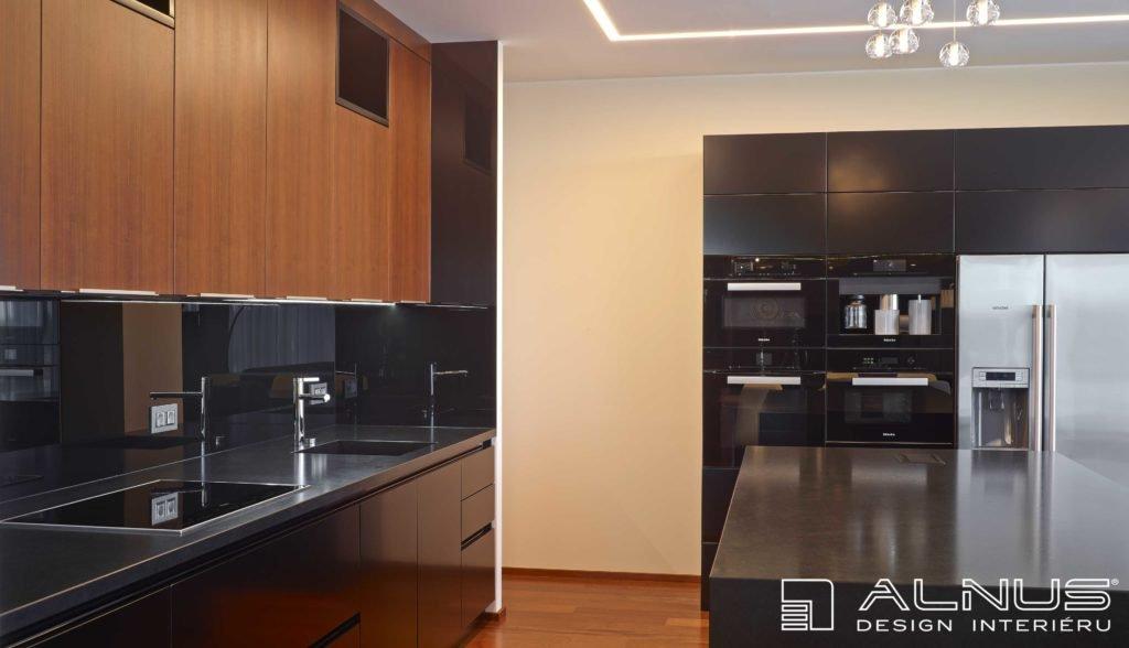 interiér kuchyně s americkou lednicí a ostrůvkem v černé barvě