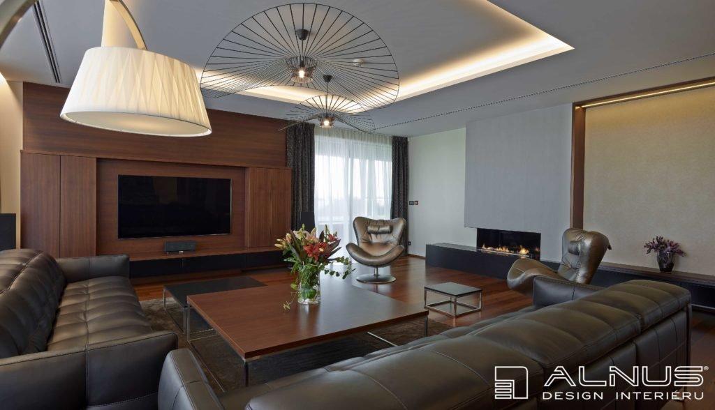 moderní obývací pokoj s krbem v bytě