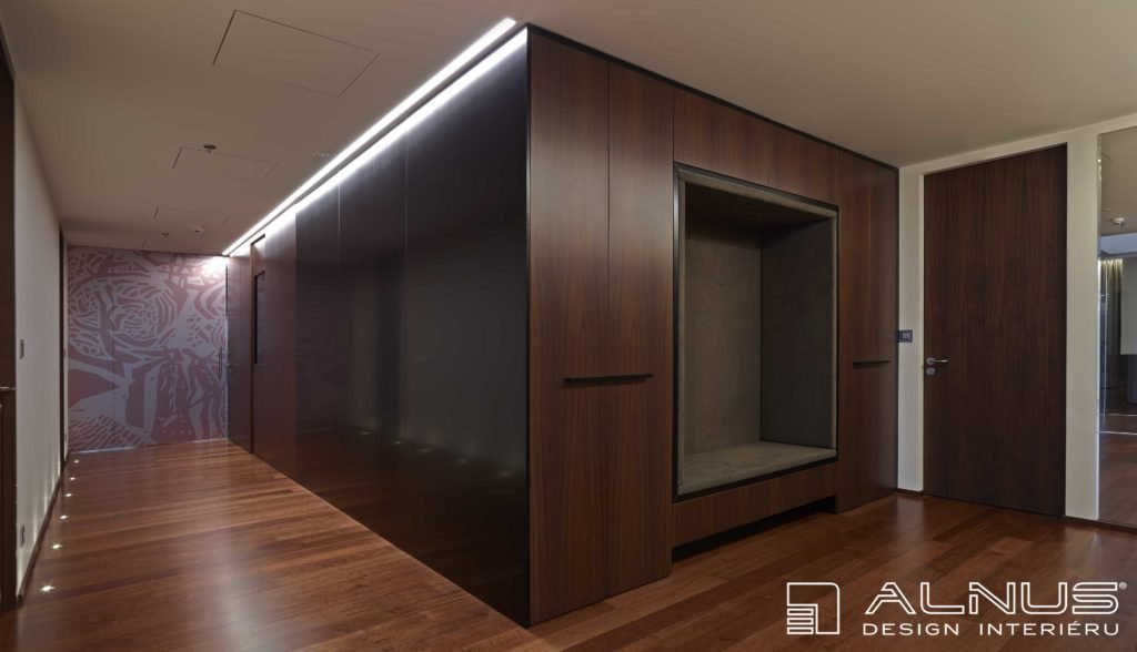 předsíň s chodbou v moderním interiéru bytu v praze