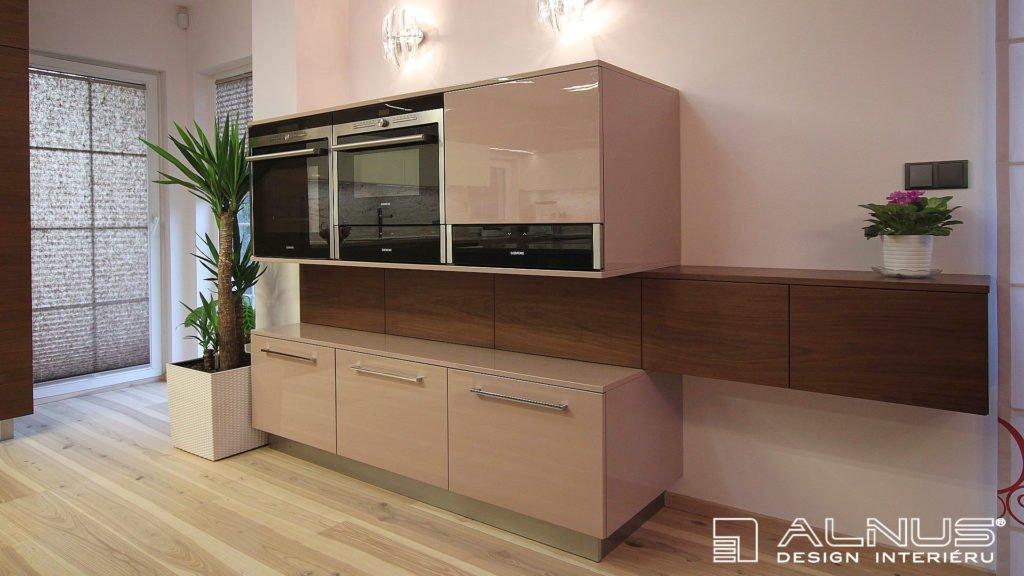 design komody s vestavnými spotřebiči v moderní kuchyni