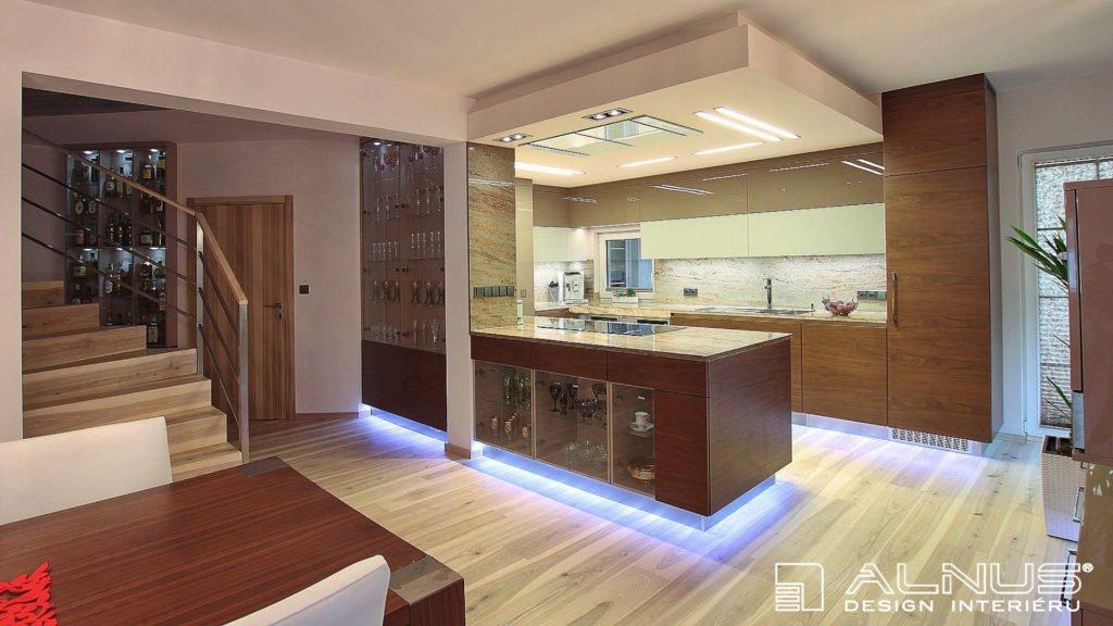 rekonstrukce domu interiéru kuchyně s vnitřním schodištěm