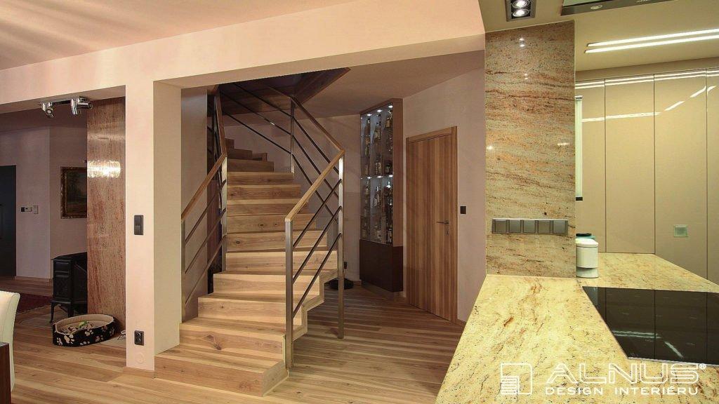 rekonstrukce interiéru domu se samonosným schodištěm