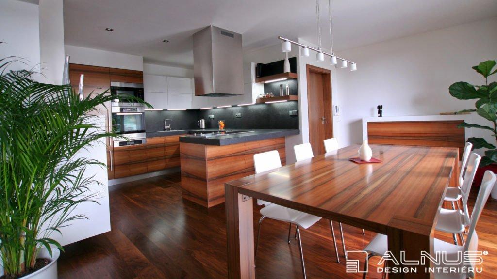 rekonstrukce domu moderní kuchyně s ostrůvkem v evropském ořechu