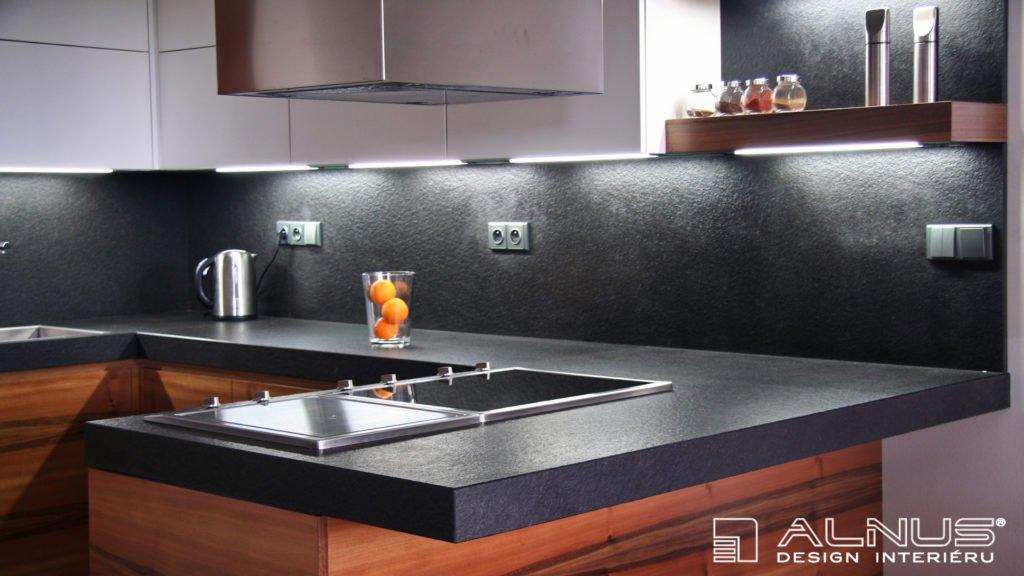 žulová pracovní deska opalovaná v moderní kuchyni