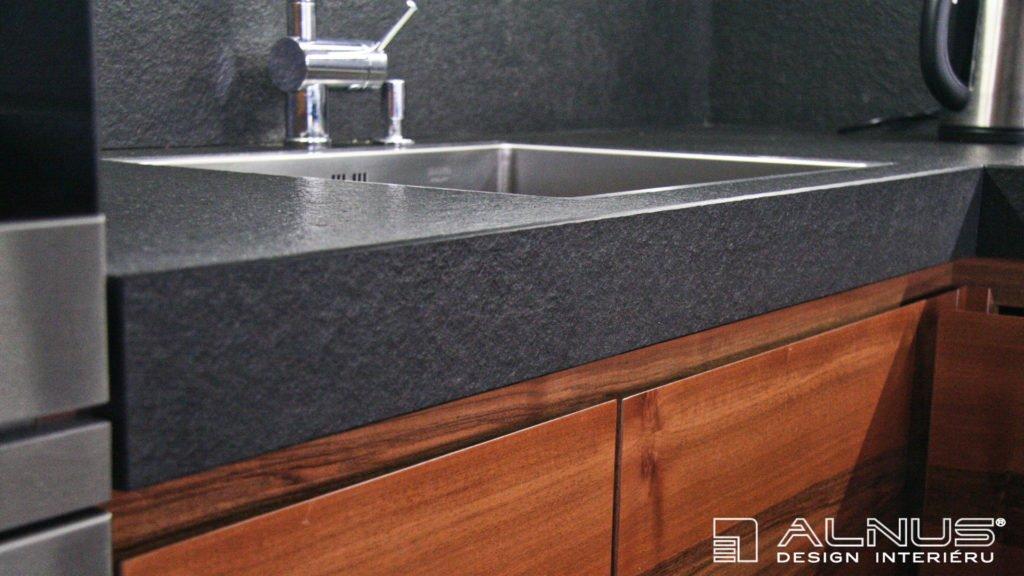 žulová kuchyňská deska s dřezem