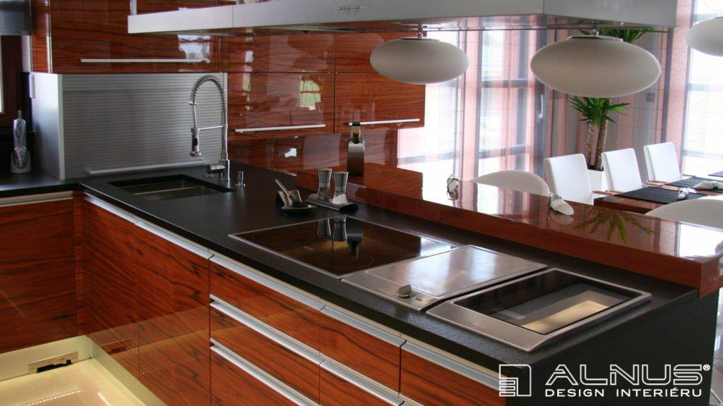 moderní kuchyně ve vysokém lesku s varnou deskou v ostrůvku