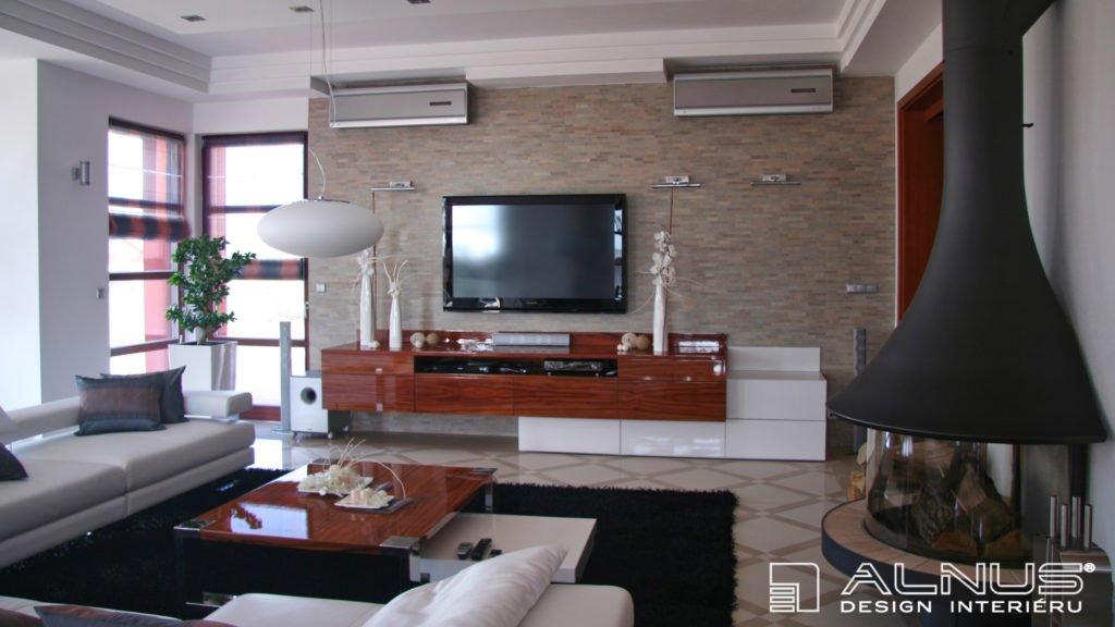 moderní obývací pokoj s krbem v interiéru domu