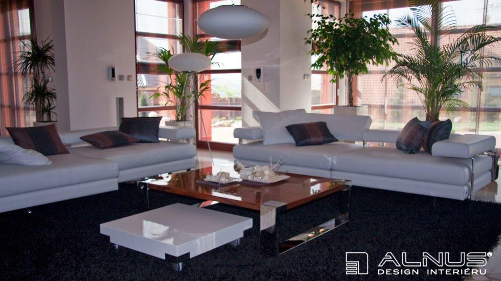 design konferenčního stolku v luxusním interiéru domu