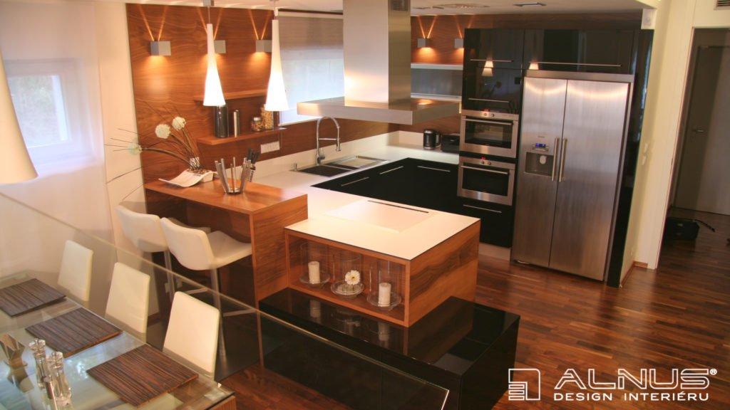 kuchyně s americkou lednicí a kompaktní pracovní dekou