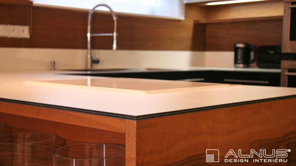 kompaktní pracovní deska v moderní kuchyni