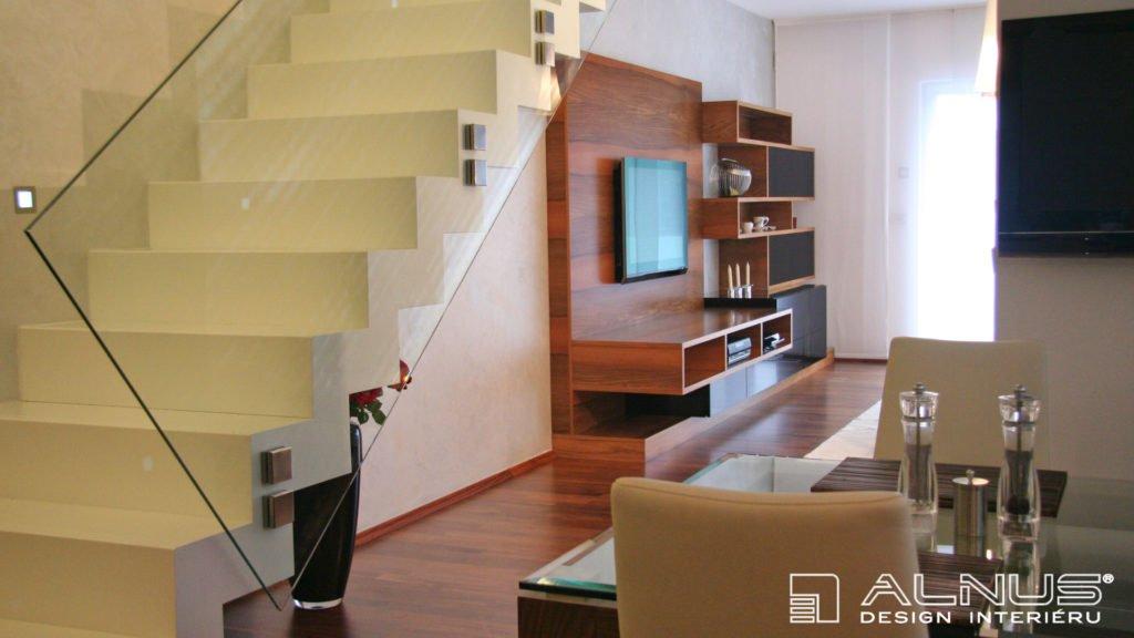 design moderního obývacího pokoje v mezonetovém bytě