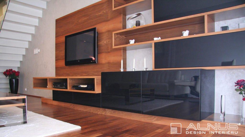 moderní obývací stěna v interiéru mezonetového bytu